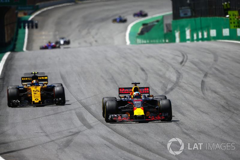 Daniel Ricciardo, Red Bull Racing RB13, pasa a Carlos Sainz Jr., Renault Sport F1 Team RS17