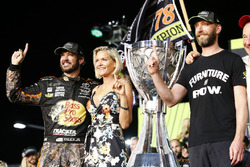 NASCAR Cup-Champion 2017: Martin Truex Jr., Furniture Row Racing Toyota, mit Freundin Sherry Pollex und Crewchief Cole Pearn