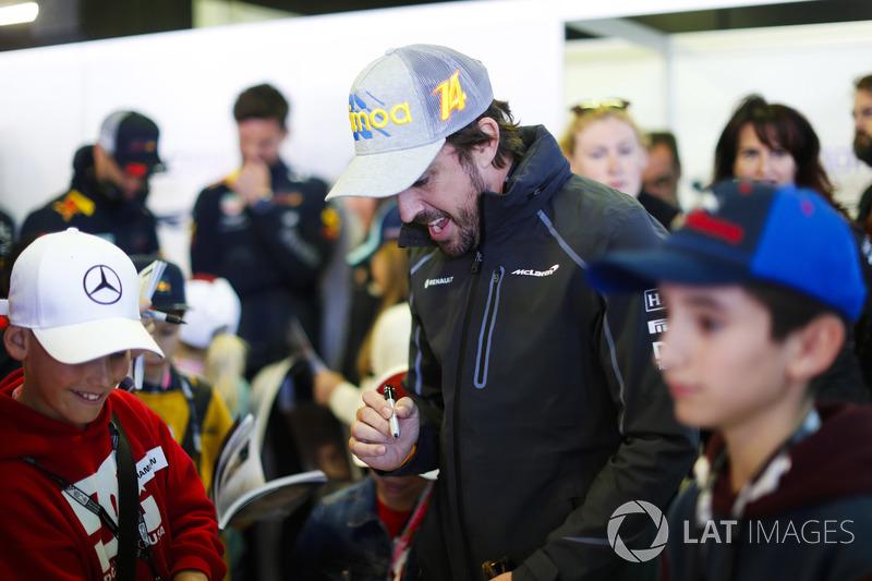 Fernando Alonso, McLaren, firma autógrafos para niños