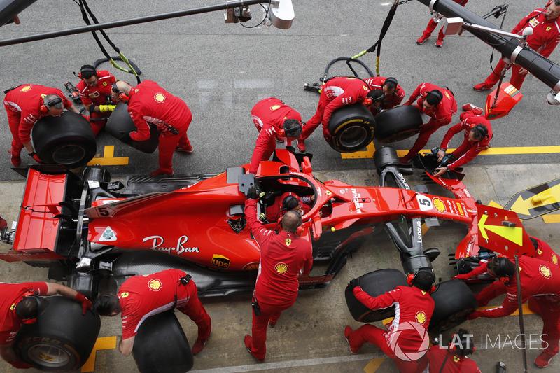 Gri ingegneri Ferrari provano un pit stop