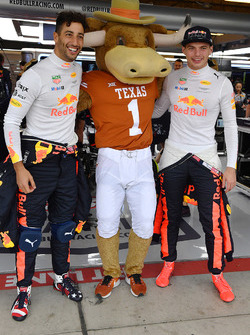 Daniel Ricciardo, Red Bull Racing and Max Verstappen, Red Bull Racing with Longhorns mascot in the Red Bull Racing garage