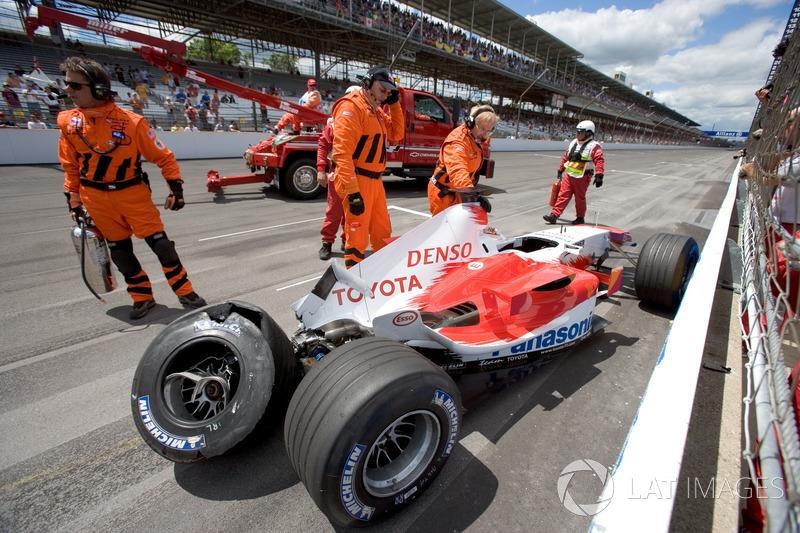 На TF105 Шумахера лопнула левая передняя шина, и немец жестко приложился об отбойник, причем так, что врачи запретили ему дальнейшее участие в соревнованиях. Ральфа заменил Рикардо Зонта