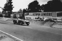 Jose Froilan Gonzalez, Maurice Trintignant, Ferrari 375 Plus dépasse Innocente Baggio. Ferrari 375 MM Berlinetta, qui est dans le bac à gravier du Tertre Rouge
