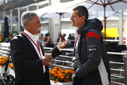 Chase Carey, Formula Uno, con Guenther Steiner, Haas F1 Team
