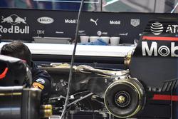 I meccanici della Red Bull Racing cambiano il motore e il cambio sulla monoposto di Daniel Ricciardo