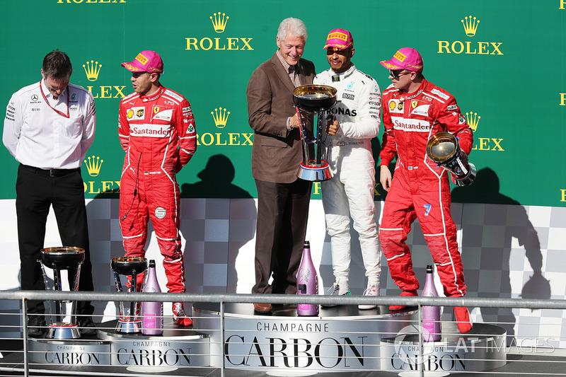 Podio: ganador de la carrera Lewis Hamilton, Mercedes AMG F1 con el expresidente Bill Clinton, Sebastian Vettel, Ferrari, James Allison, Mercedes AMG F1 Director técnico y Kimi Raikkonen, Ferrari