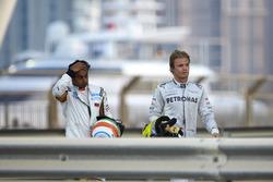 Nico Rosberg, Mercedes AMG y Narain Karthekeyan, HRT, después de la colisión