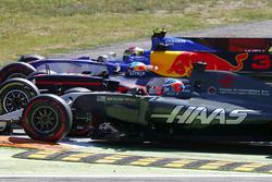 Pascal Wehrlein, Sauber C36-Ferrari, Daniel Ricciardo, Red Bull Racing RB13, Romain Grosjean, Haas F1 Team VF-17, fight three abreast in to the chicane