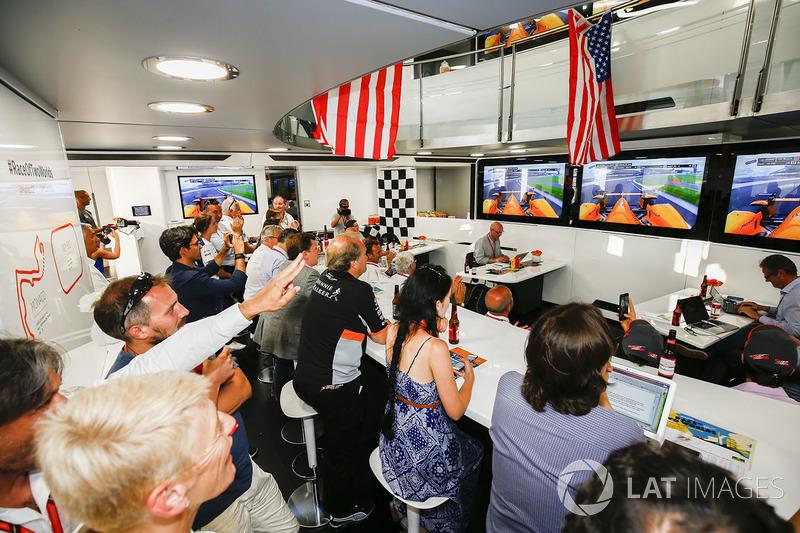 Моторхоум McLaren, украшенный в стилистике гонки «Инди 500», в которой участвует гонщик команды Фернандо Алонсо