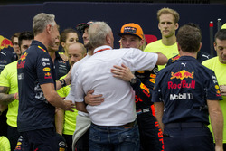 Racewinnaar Max Verstappen, Red Bull Racing viert feest, Christian Horner, Red Bull Racing Team Principal, Dr Helmut Marko, Red Bull Motorsport Consultant en het team