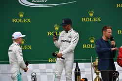 Valtteri Bottas, Mercedes AMG F1 y Lewis Hamilton, Mercedes AMG F1 en el podio