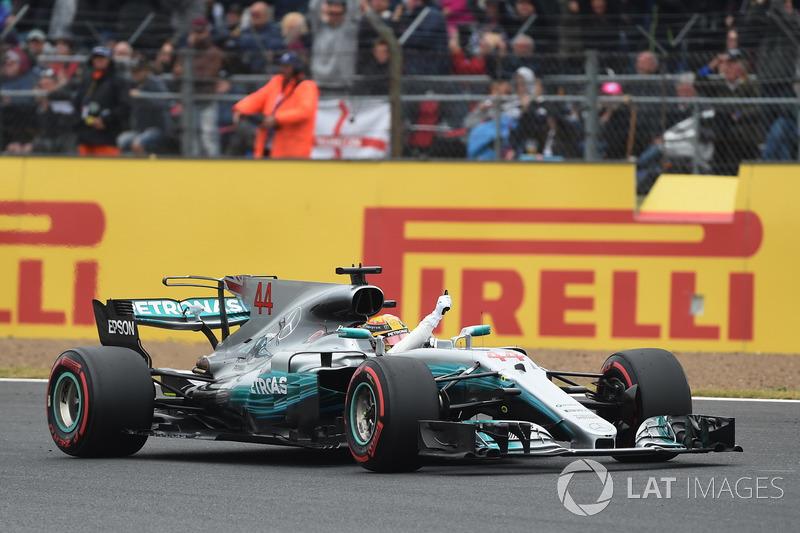 Ganador de la pole Lewis Hamilton, Mercedes-Benz F1 W08 celebra