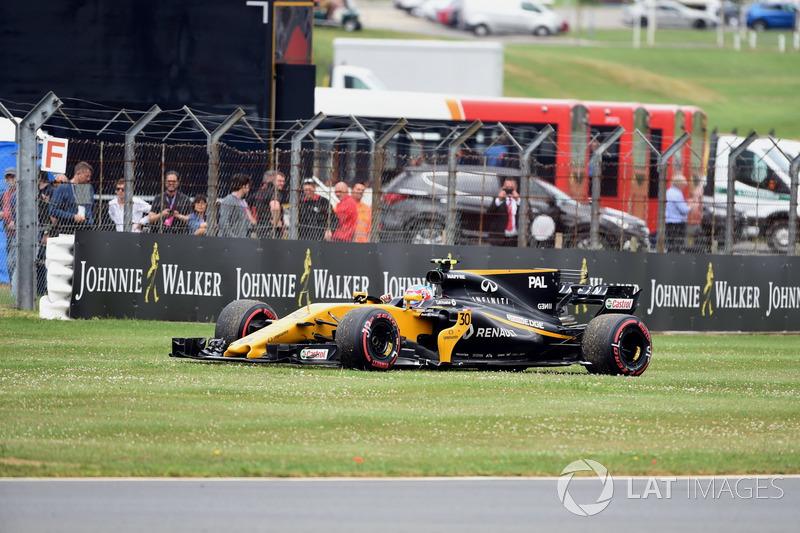 Já na volta de apresentação, Jolyon Palmer teve que parar seu carro com problemas hidráulicos.