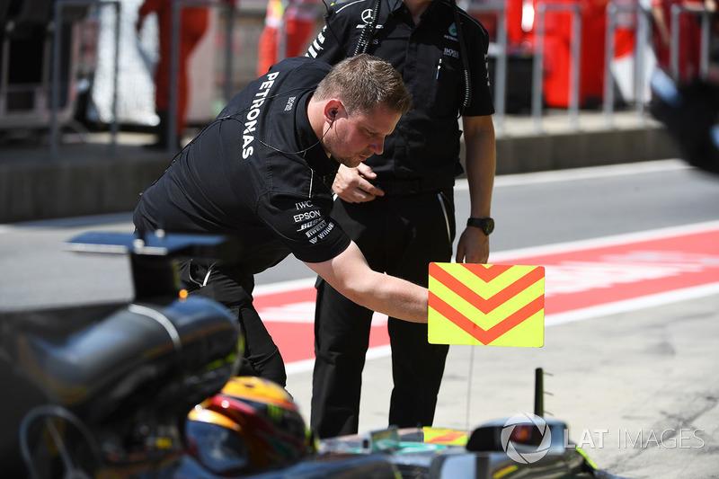 Механік Mercedes AMG F1 біля позначки піт-стопу
