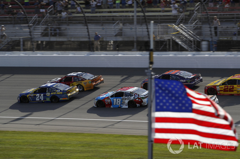 Restart: Kyle Larson, Chip Ganassi Racing Chevrolet, Chase Elliott, Hendrick Motorsports Chevrolet