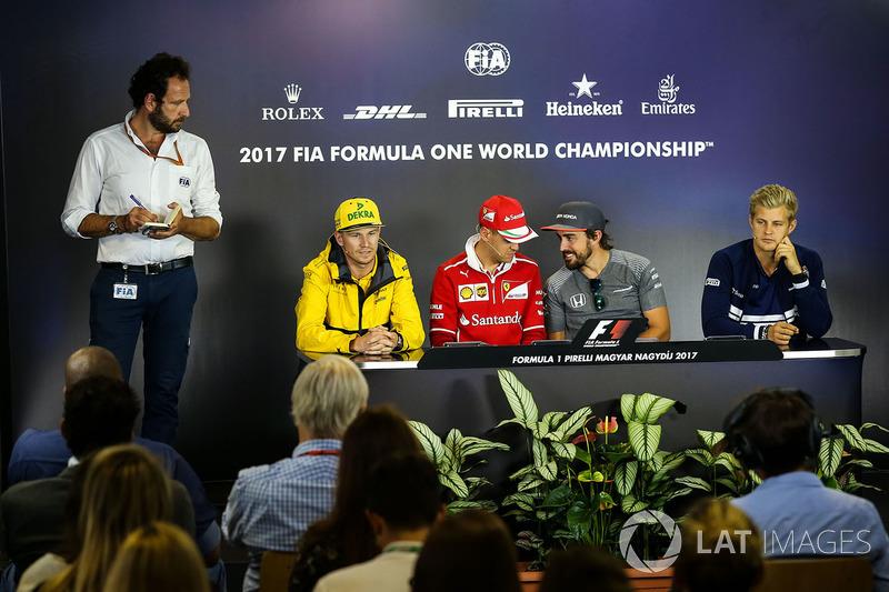 Matteo Bonciani, delegado de medios de comunicación de la FIA, Nico Hulkenberg, Renault Sport F1 Tea