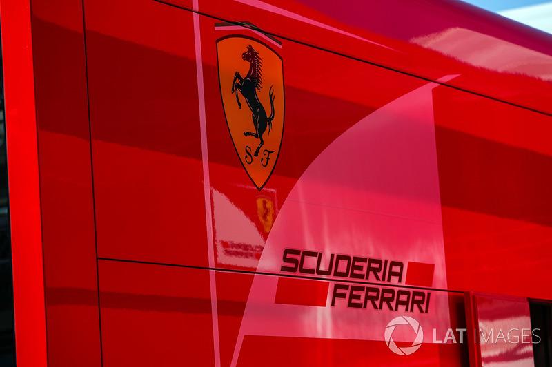 Ferrari Logo  en el paddock