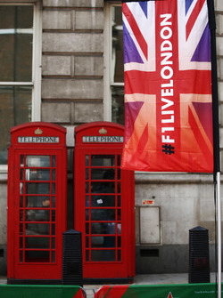 Banderas de la F1 en Londres junto a tradicionales cajas de teléfono rojo británico