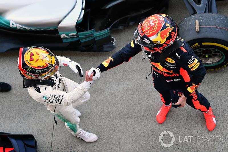 Ganador, Lewis Hamilton, Mercedes AMG F1 celebra con Max Verstappen, Red Bull Racing