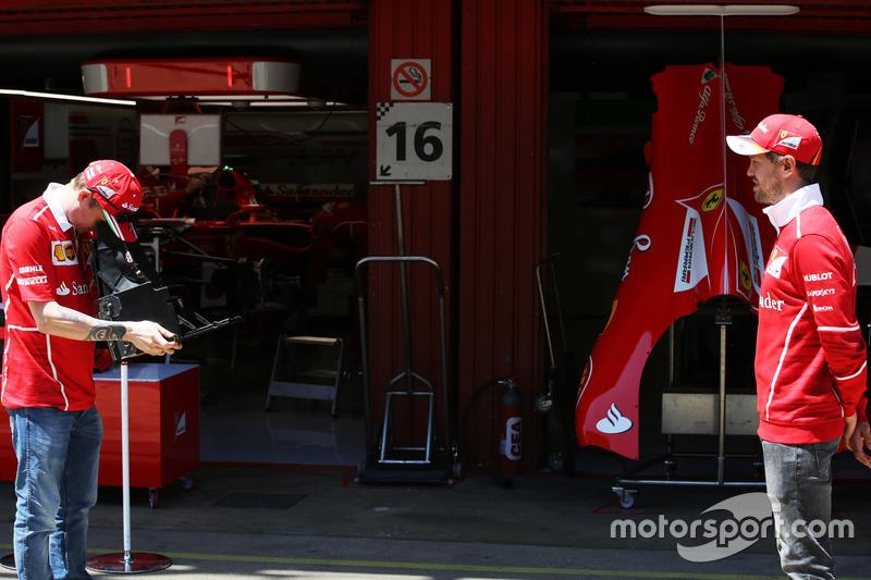 Гонщик Ferrari Кими Райкконен делает снимок своего партнера по команде Себастьяна Феттеля