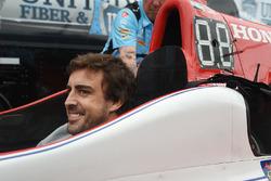 Fernando Alonso assis dans la voiture de Marco Andretti