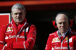 Руководитель команды Ferrari Маурицио Арривабене и старший инженер команды Джок Клиа