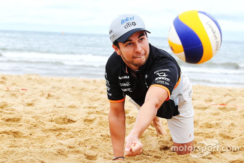 Sergio Perez, Sahara Force India F1, spielt Volleyball am Brighton Beach
