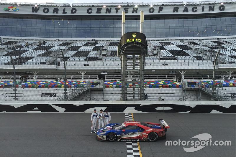#66 Ford Performance Chip Ganassi Racing Ford GT: Joey Hand, Dirk Müller, Sébastien Bourdais met hun