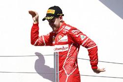 Podio: ganador de la carrera Sebastian Vettel celebra su victoria en el podio