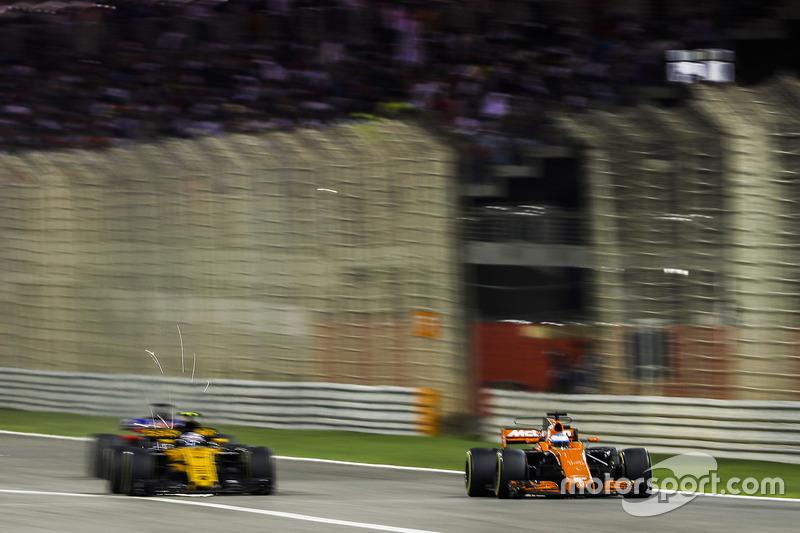 Fernando Alonso, McLaren MCL32, Jolyon Palmer, Renault RS 17