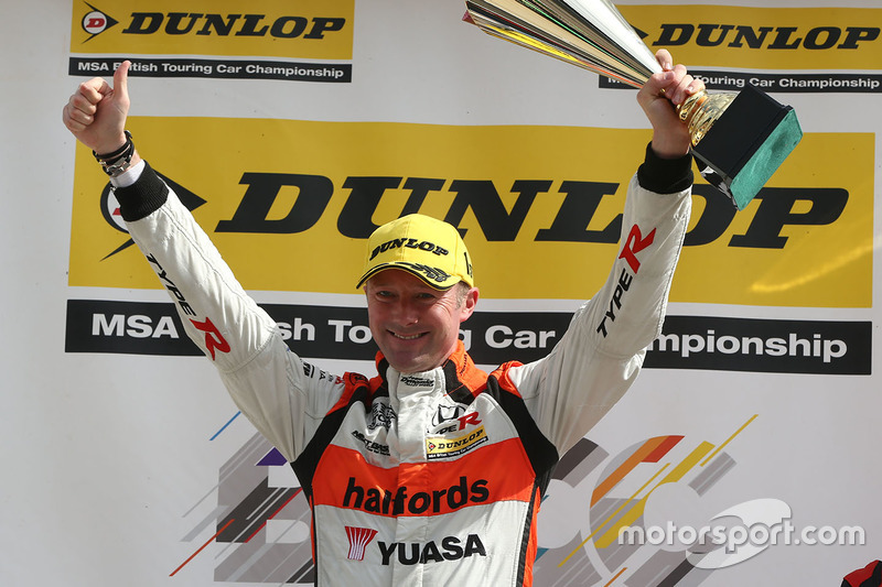 Podium: race winner Gordon Shedden, Halfords Yuasa Racing