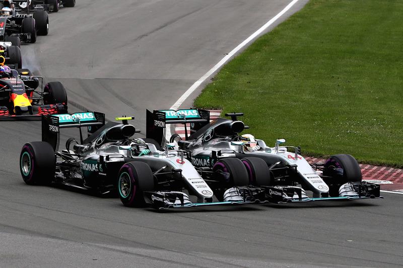 Льюїс Хемілтон, Mercedes AMG F1 W07 Hybrid та Ніко Росберг, Mercedes AMG F1 W07 Hybrid контакт в 1-му повороті