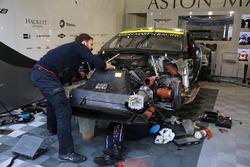 #97 Aston Martin Racing Aston Martin Vantage mekanik sedang bekerja di mesin