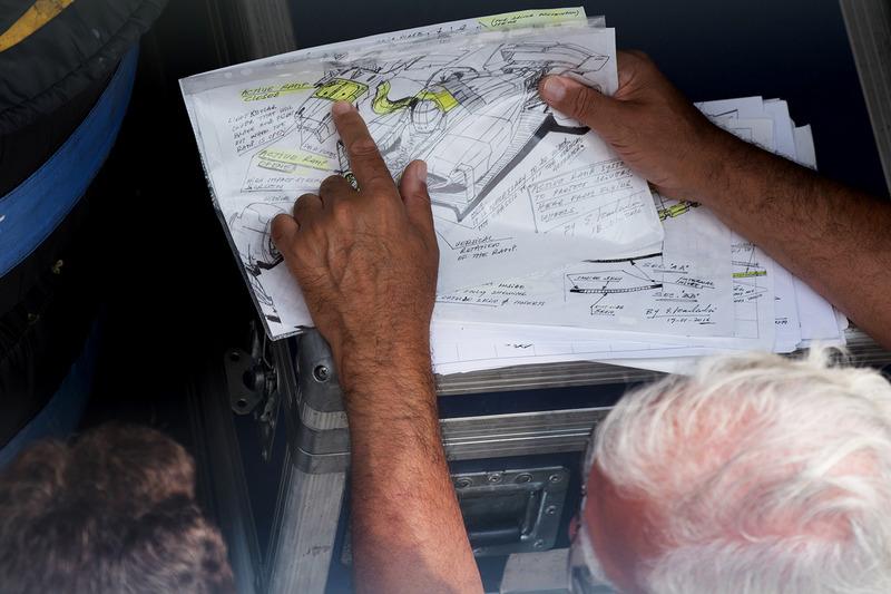 Энрике Скалаброни показывает Кристиану Хорнеру, Red Bull Racing рисунки с принципом работы активной