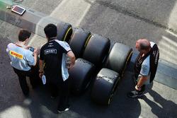 Технік Pirelli і механіки Sahara Force India F1 Team