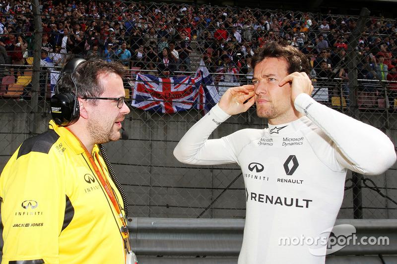 Jolyon Palmer, Renault Sport F1 Team with Julien Simon-Chautemps, Renault Sport F1 Team Race Engineer on the grid