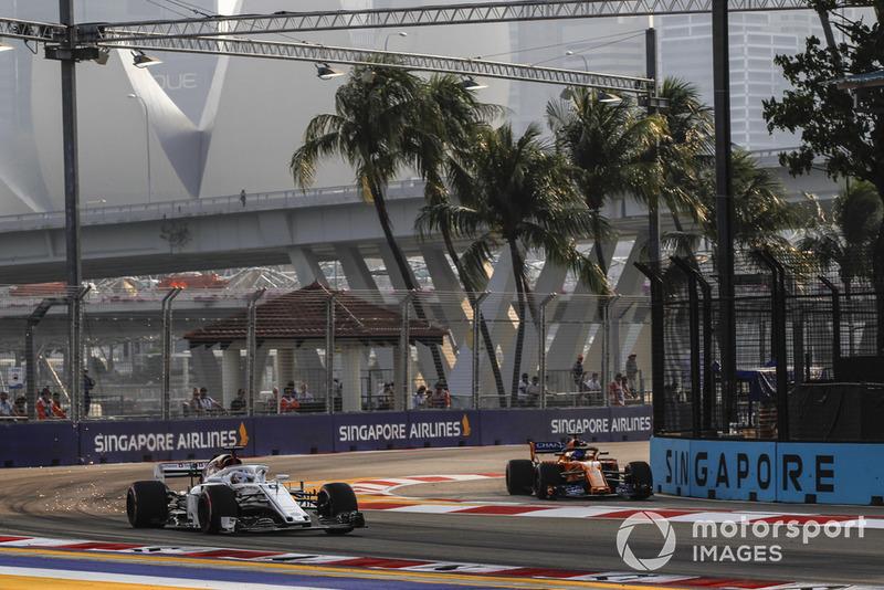 Marcus Ericsson, Sauber C37 y Fernando Alonso, McLaren MCL33