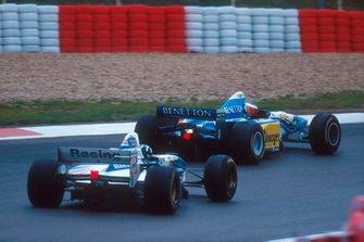 Michael Schumacher, Benetton B195 leads Damon Hill, Williams FW17B