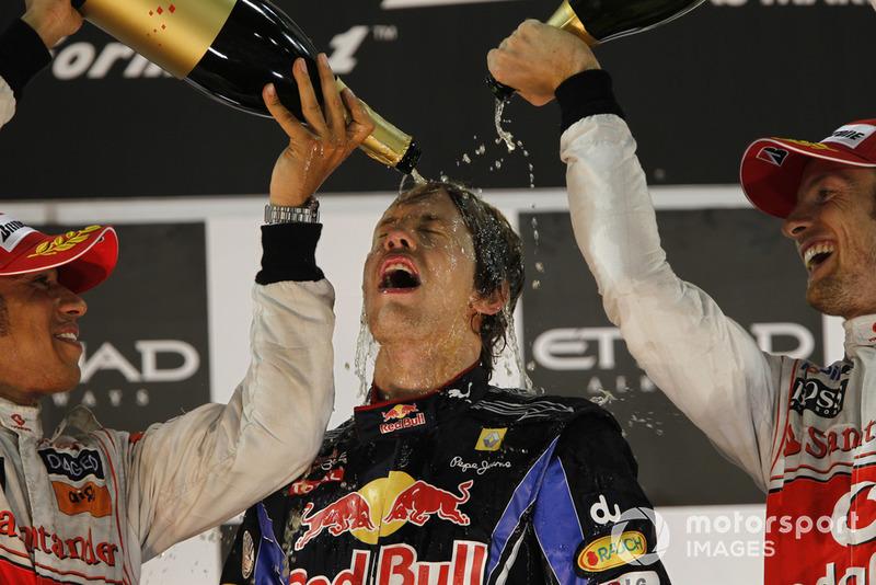 Хэмилтон и Баттон обливали счастливого Феттеля шампанским, которым он был просто обязан поделиться с Петровым