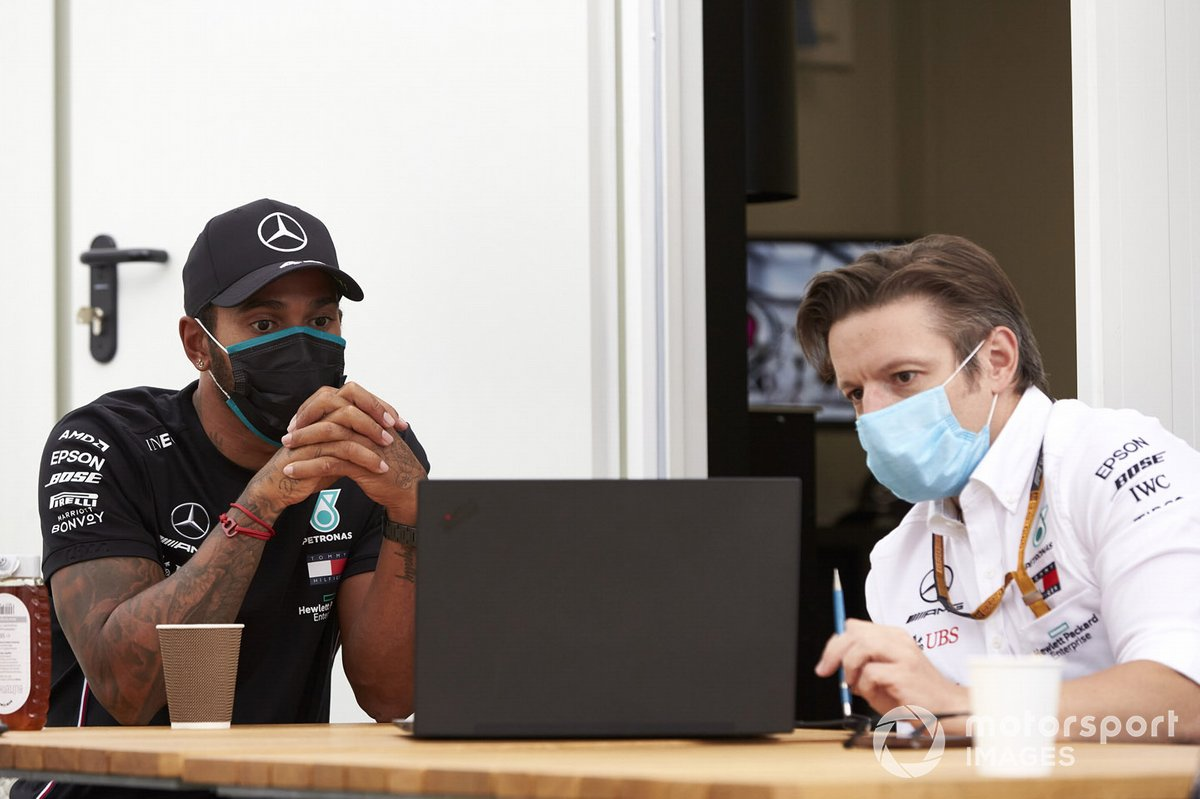 Lewis Hamilton, Mercedes-AMG Petronas F1, with an engineer