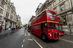 Een blik op Whitehall road met een London-bus