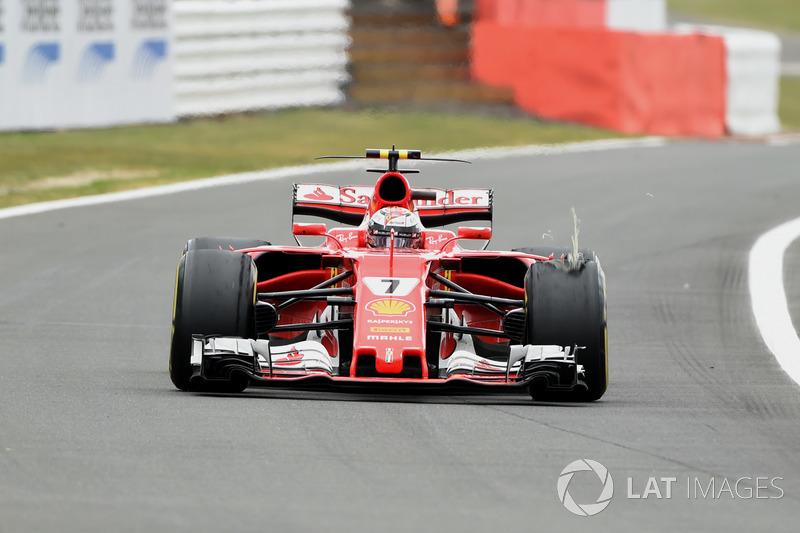 Kimi Raikkonen, Ferrari SF70H con lo pneumatico anteriore delaminato