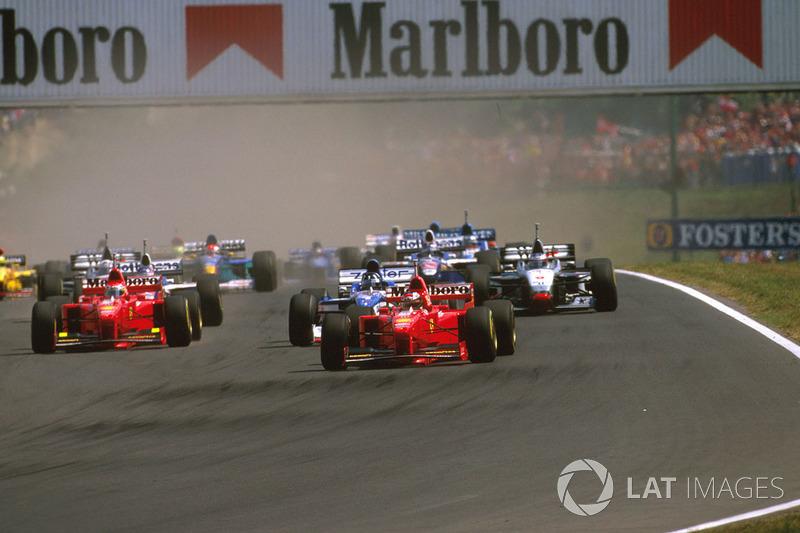 Michael Schumacher, Ferrari F310B, Damon Hill Arrows A18 Yamaha y Eddie Irvine, Ferrari F310B
