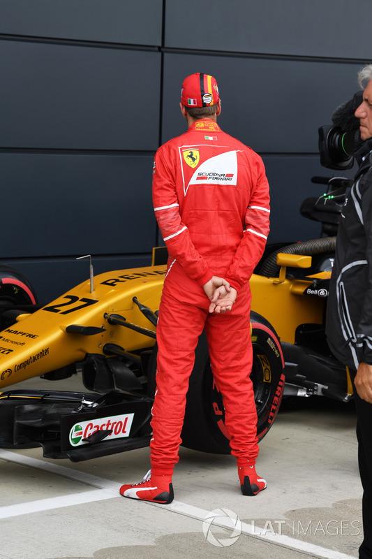 Sebastian Vettel, Ferrari celebra en parc ferme y observa el Renault Sport F1 Team RS17
