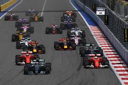 Valtteri Bottas, Mercedes AMG F1 W08 et Sebastian Vettel, Ferrari SF70H