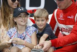 1. Sébastien Bourdais, Dale Coyne Racing, Honda, Ehefreau Claire, Tochte Emma und Sohn Alex