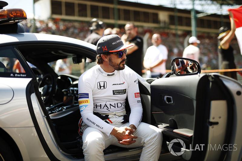 Fernando Alonso, McLaren, se sienta en un coche oficial