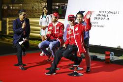 Sebastian Vettel, Ferrari, Kimi Raikkonen, Ferrari, F1 Fanzone sahnesinde