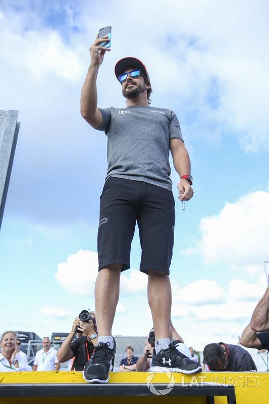 Fernando Alonso, McLaren, toma una foto