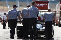 Бригада Джозефа Ньюгардена, Team Penske Chevrolet штовхає болід через паддок